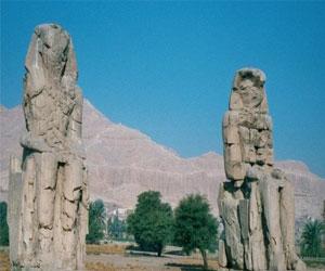 vosstanovlenie-razbitoj-statui-amenxotepa-iii-v-egipte